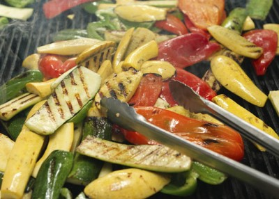 How to grill meats, fruits and vegetables